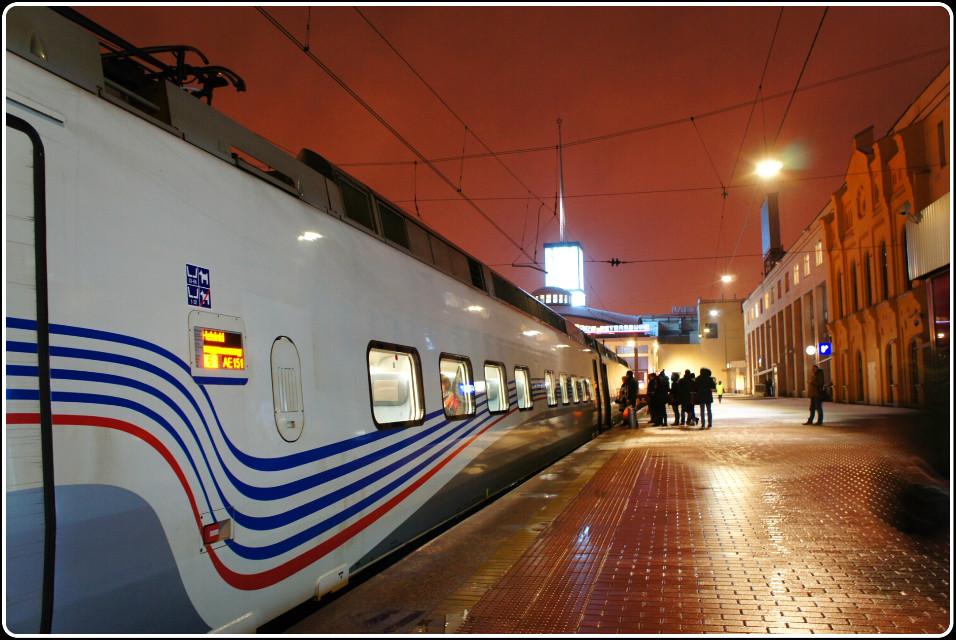 Идет посадка на первый шестичасовой поезд Аллегро СПб-Хельсинки. Финляндский вокзал СПб.